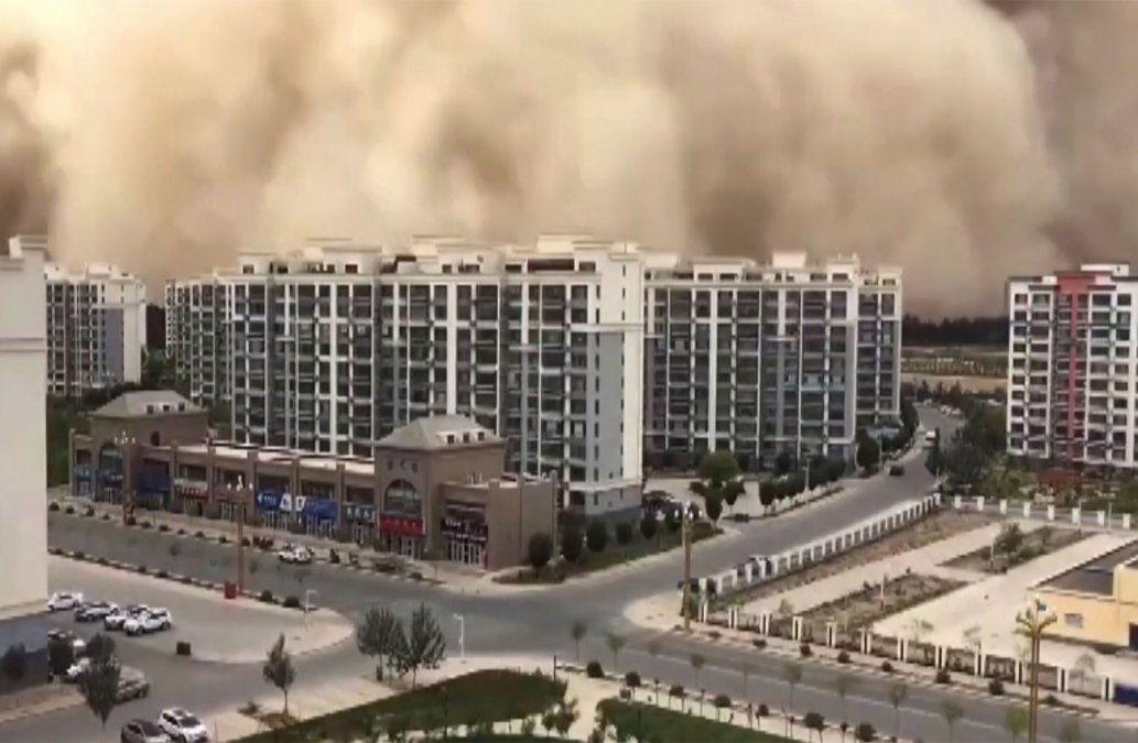 Impresionantes imágenes de una tormenta de arena que devora una ciudad china