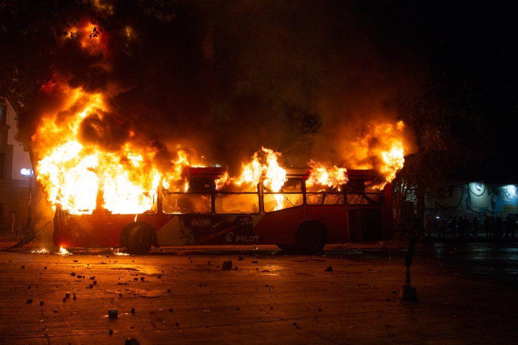 Santiago bajo estado de emergencia y con militares en las calles tras un viernes de furia