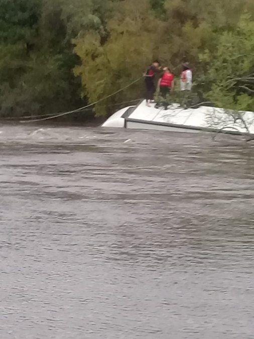 Dos hombres rescatados por Bomberos al quedar aislados tras cruzar un arroyo desbordado