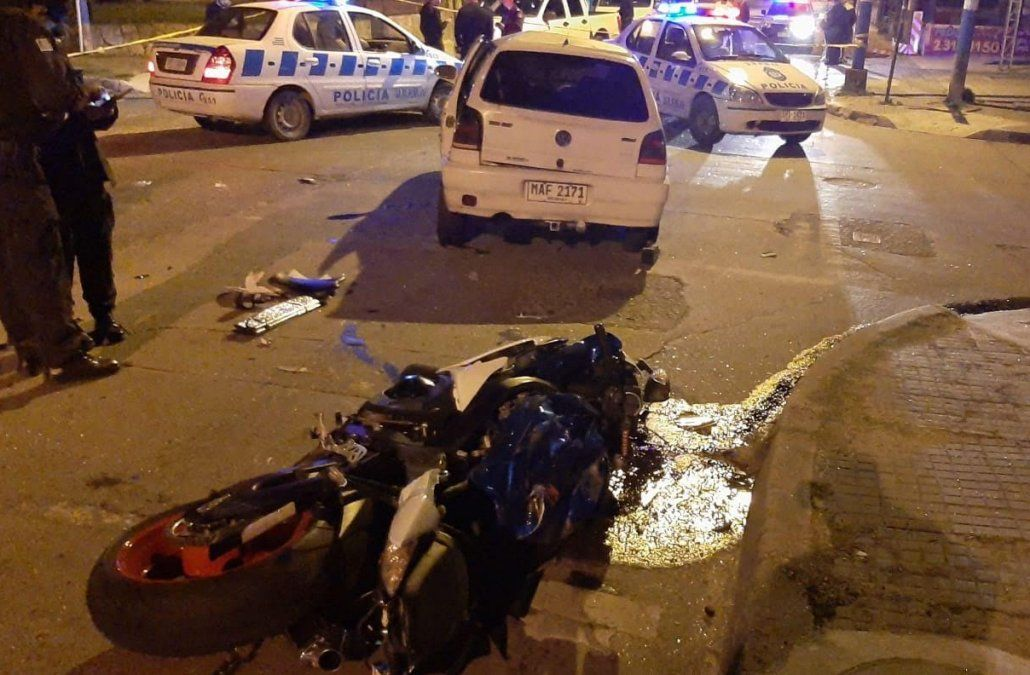 La moto en la que circulaba Beto Suárez y el coche con el que chocó en la noche del martes