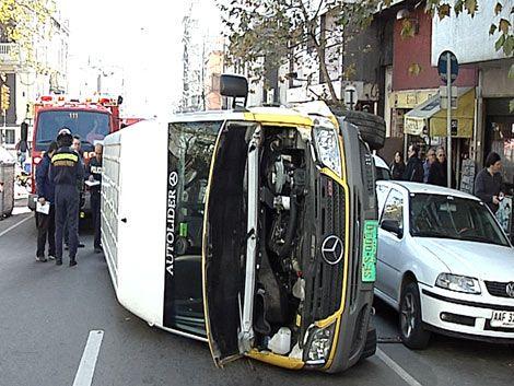 Pudo ser peor: espectacular choque y vuelco de camioneta escolar