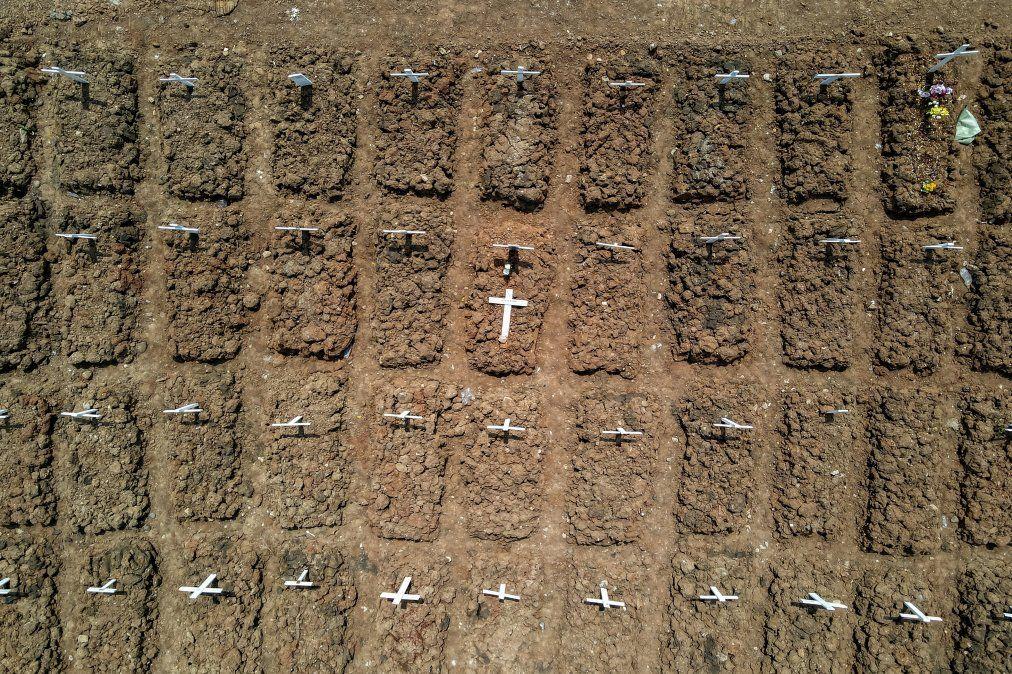 Esta fotografía aérea muestra las tumbas de las víctimas del coronavirus COVID-19 en el cementerio de Rorotan