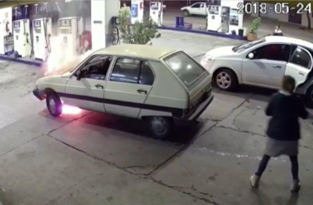 Explotó el motor del auto en plena estación de servicio y se prendió fuego