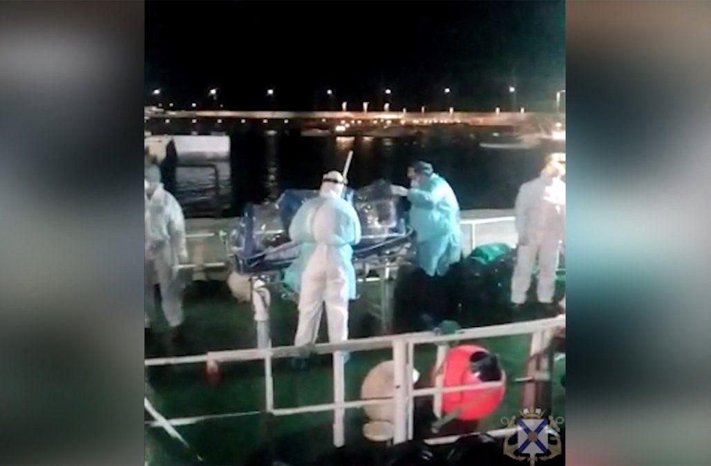 Evacuan a dos filipinos graves con Covid de dos buques frente a Piriápolis