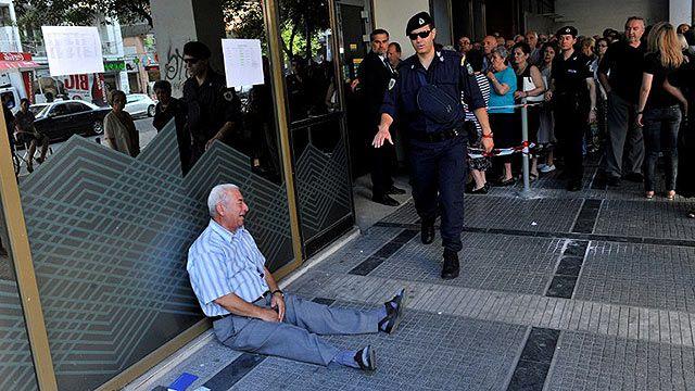 Jubilado griego conmueve al mundo con su llanto; impotencia por la crisis
