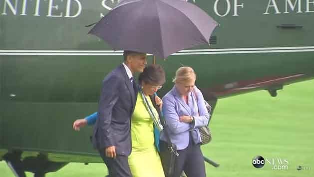 El gesto de Obama: se empapó bajo lluvia por compartir el paraguas