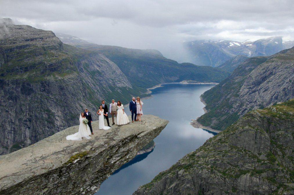 Parejas de recién casados sacándose fotos en Noruega.