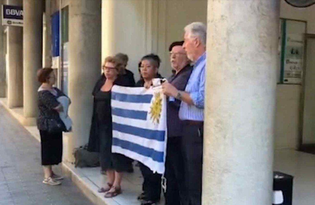 Foto: manifestación de uruguayos en el edificio donde está el Consulado uruguayo en Barcelona.