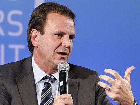 El alcalde de Río se multa a sí mismo por tirar basura al suelo