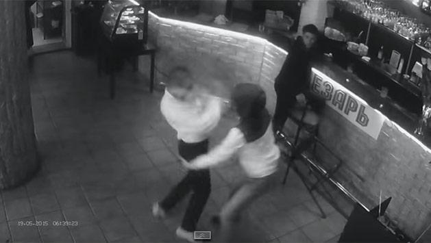 Video: moza rusa noqueó a un cliente que quiso tocarla