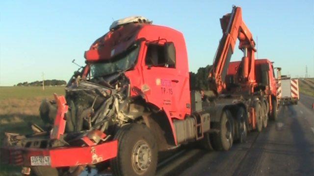 Chocaron dos camiones de UTE cargados de columnas; uno se prendió fuego