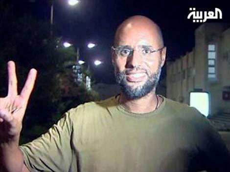 Hijo de Gadafi está libre y se mostró en un hotel