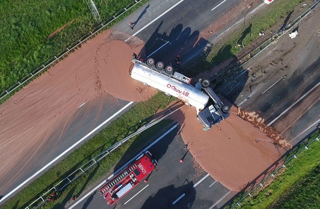Autopista polaca transformada en río de chocolate tras accidente