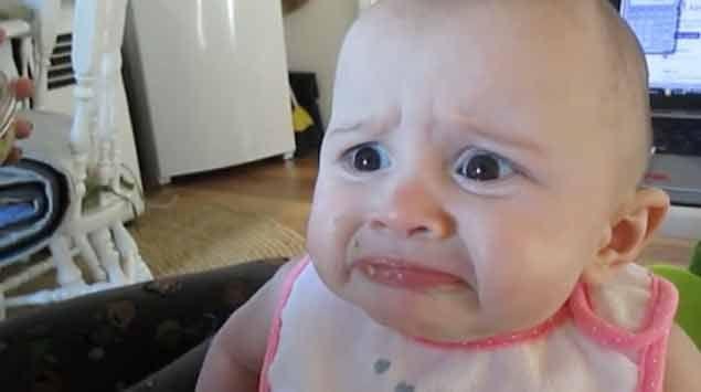 La cara de asco de un bebé al probar fruta provoca risa en redes sociales
