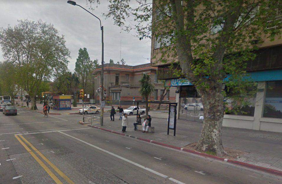 Dos jóvenes en moto y sin luces, resultaron heridos tras embestir a automóvil