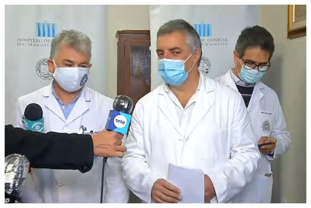Álvaro Villar acompañado por el catedrático de Infectología