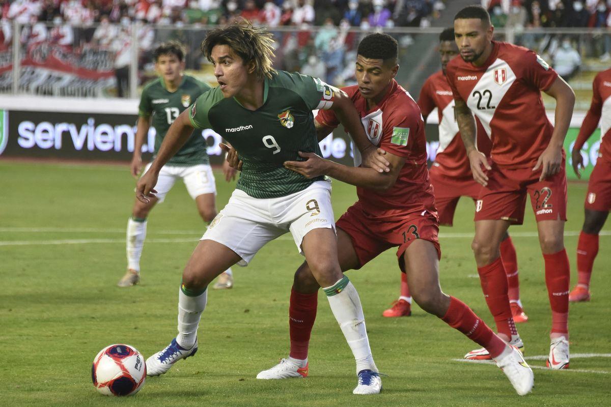 Marcelo Martins rodeado de peruanos en el partido jugado en La Paz