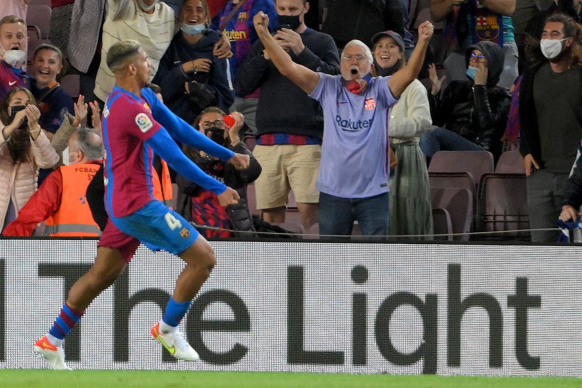 El partidazo de Ronald Araujo en una deslucida Barcelona: marcó a todos e hizo un golazo