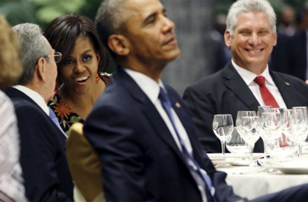 Diaz Canel comparte mesa con Obama y su esposa.