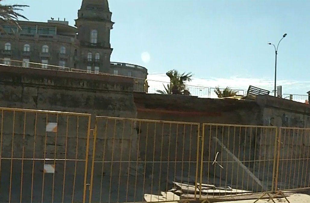 Se derrumbó parte del muro de la rambla frente al Hotel Carrasco