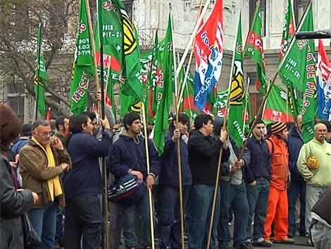 Cientos de trabajadores se movilizaron frente al Legislativo
