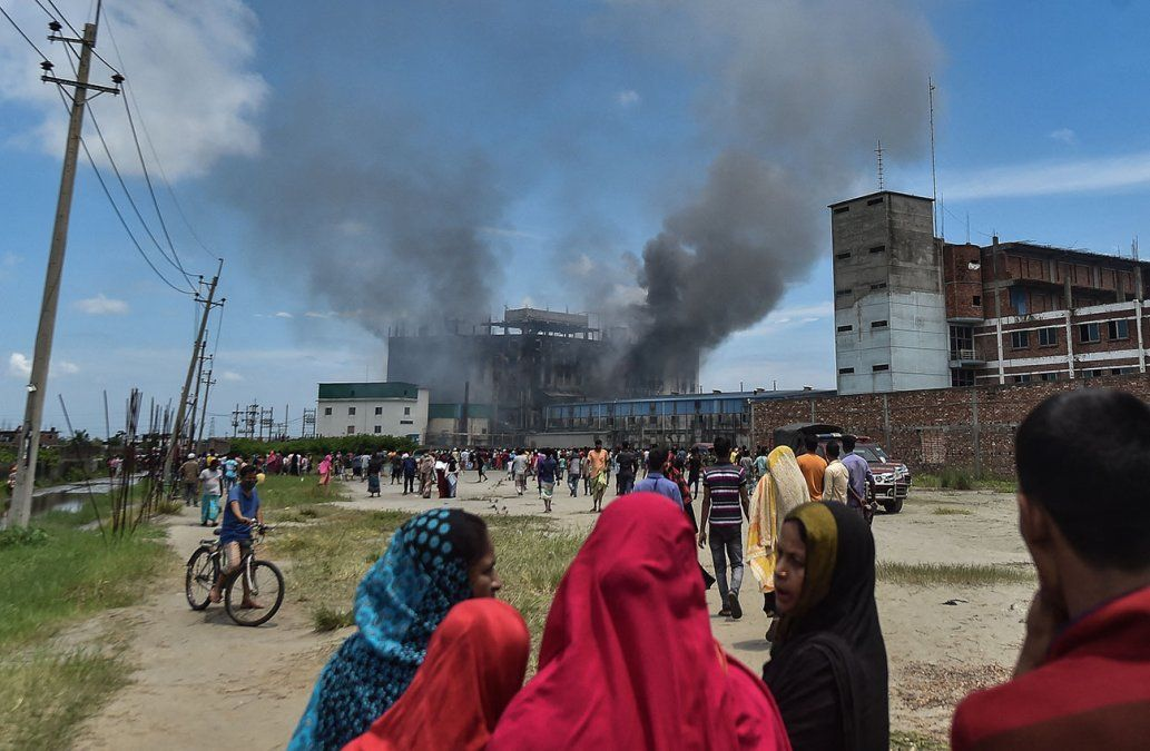 Más de 50 muertos en incendio en una fábrica de Bangladés