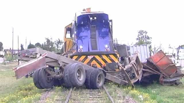 Tren embistió un camión cargado de leña en Florida