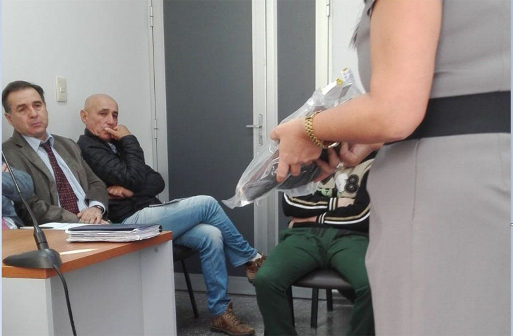 FOTO: La fiscal muestra el calzado que llevaba Valentina cuando fue atacada. Al fondo