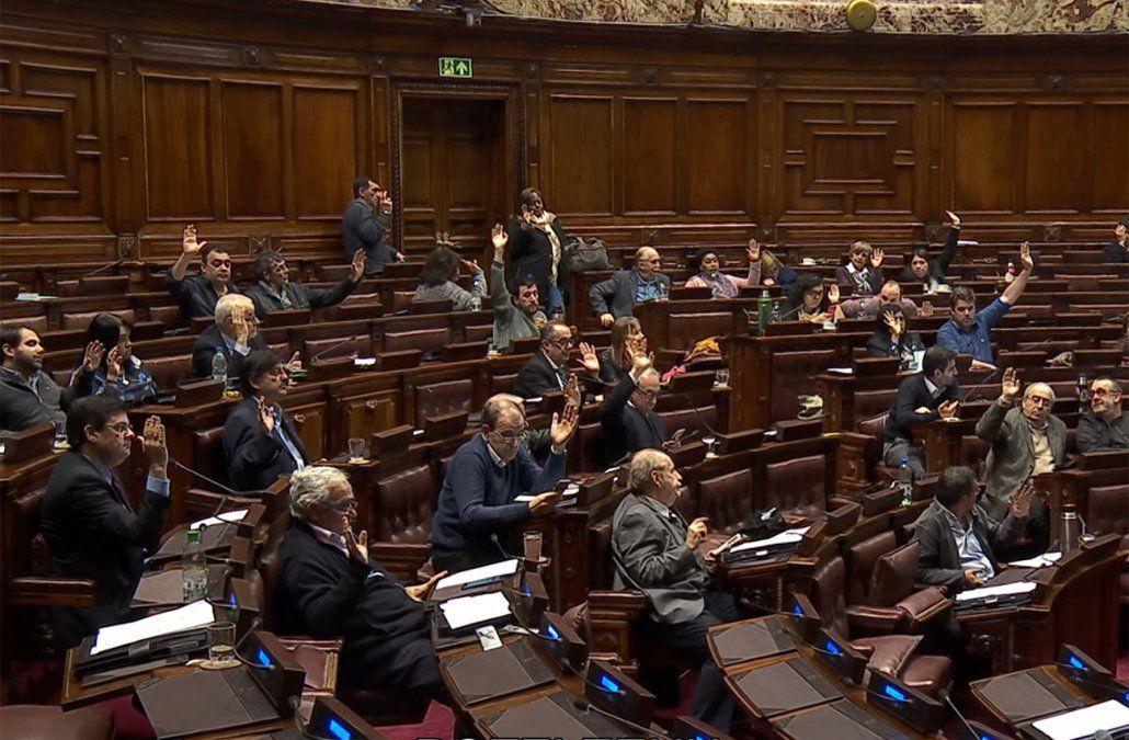 Nueve de cada diez uruguayos perciben que sueldos de senadores y diputados son altos