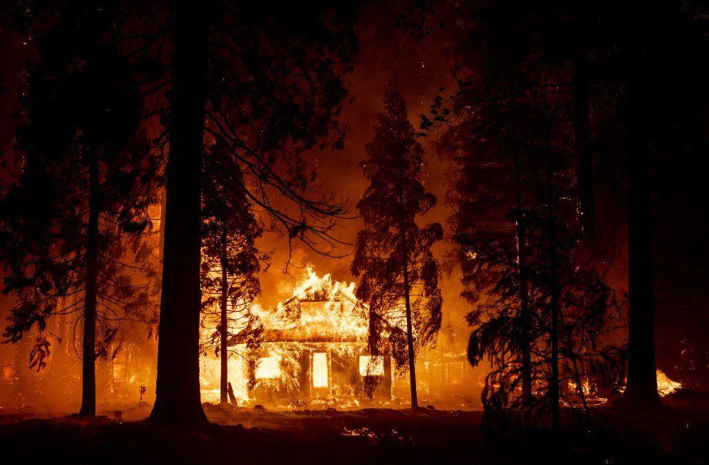 Una casa arde cuandolas llamas del incendio de Dixie arrasan el vecindario de IndianFalls en el condado no incorporado de Plumas