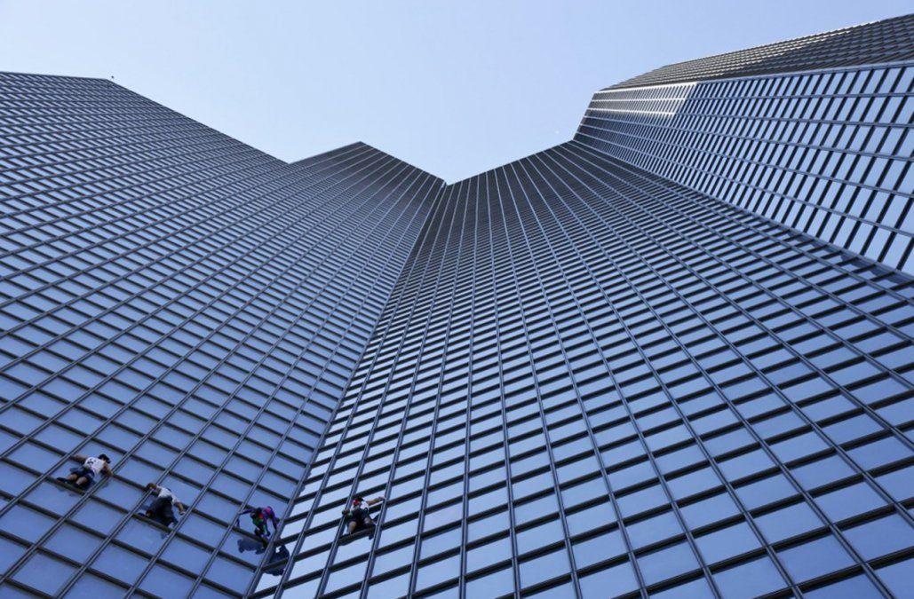Spiderman francés escala rascacielos para protestar contra pasaporte sanitario
