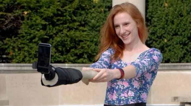 La soledad en redes sociales ya tiene remedio: el brazo selfie