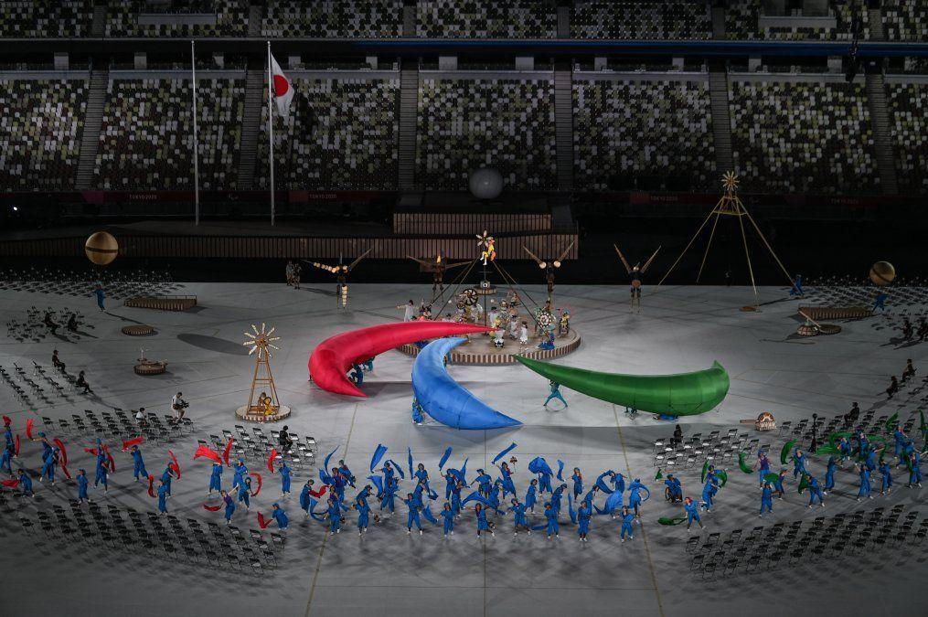 Los artistas participan en la ceremonia de apertura de los Juegos Paralímpicos de Tokio 2020 en el Estadio Olímpico de Tokio.