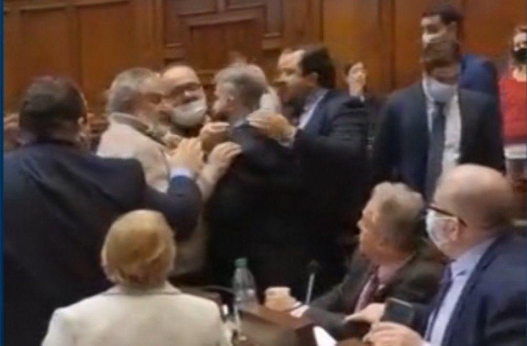Diputados casi se van a las manos tras cruce de acusaciones en el Parlamento