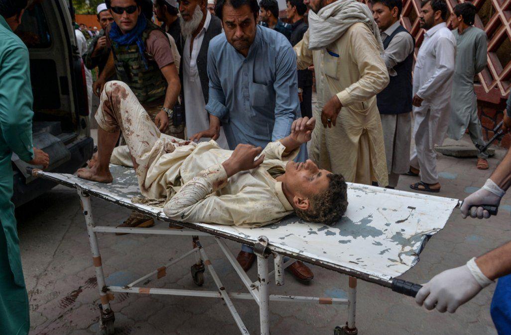 Sube a 70 muertos el balance del ataque contra una mezquita de Afganistán