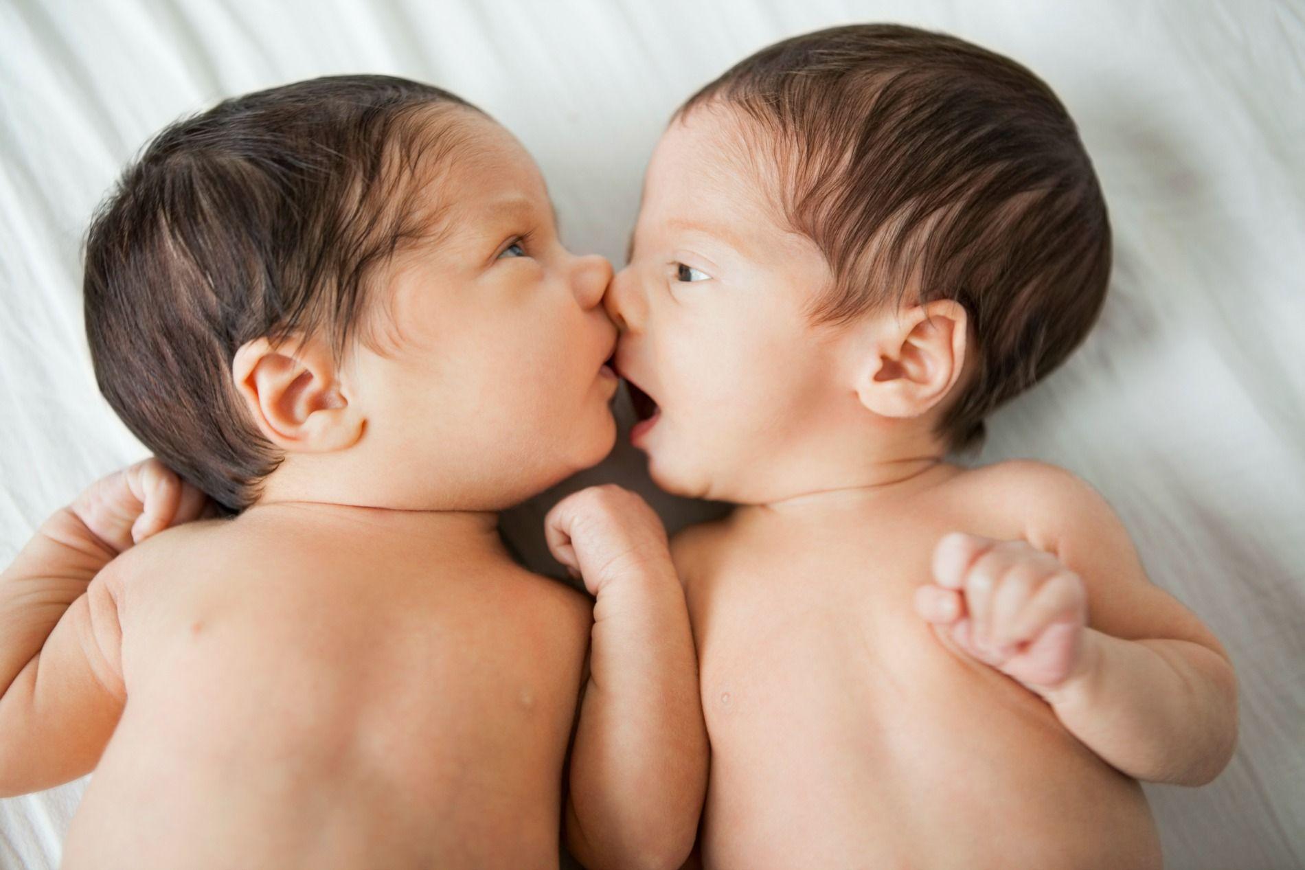 Pareja tuvo dos gemelas: una es del esposo y la otra del amante