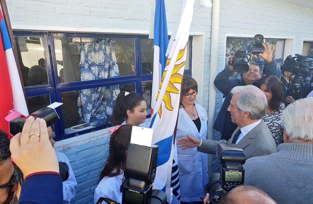 Tabaré Vázquez visitando la escuela primaria de La Macana