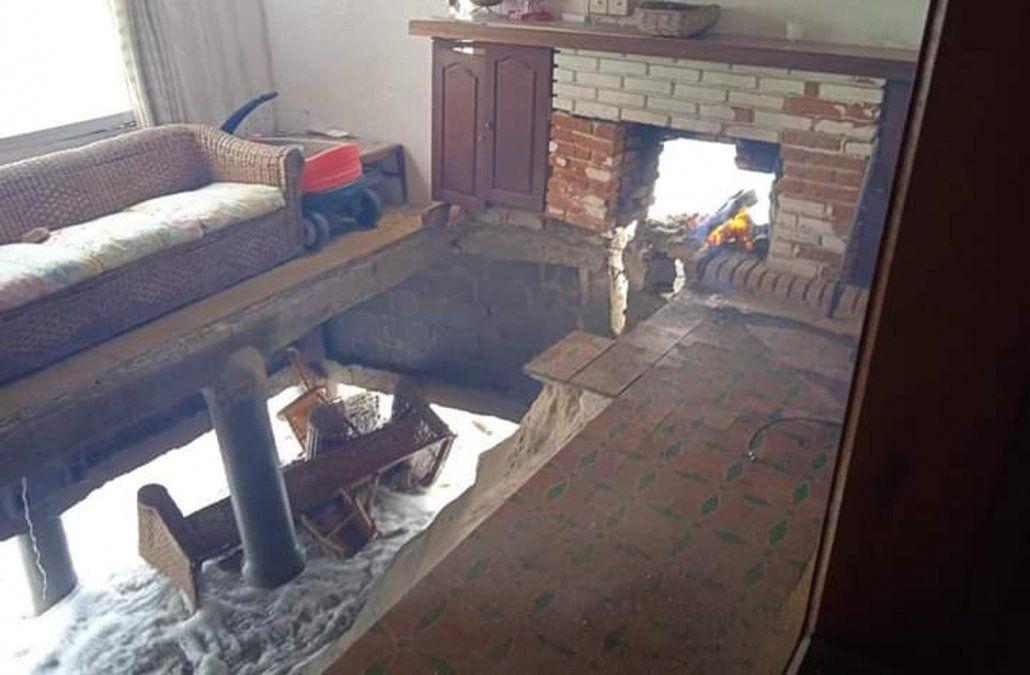 Tomaba mate junto a la estufa cuando se derrumbó el piso y su casa se partió al medio
