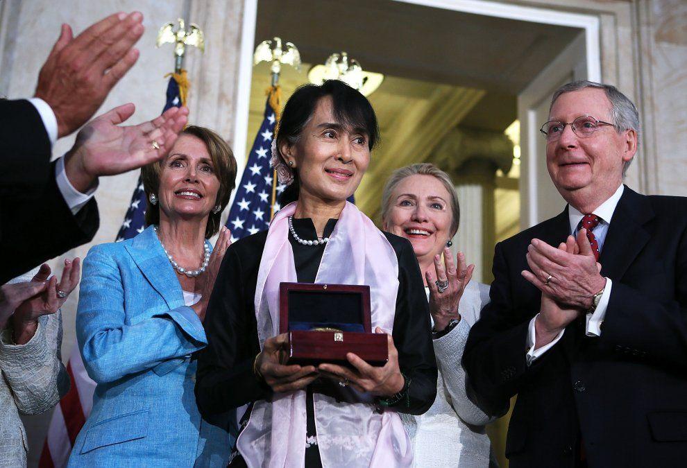 Aung San Suu Ky recibe una medalla de oro en el Congreso de Estados Unidos . Junto a ella están Nancy Pelosi y Hillary Clinton