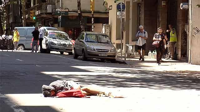 Joven inválido y sin hogar se acostó en la calle Colonia pidiendo solución