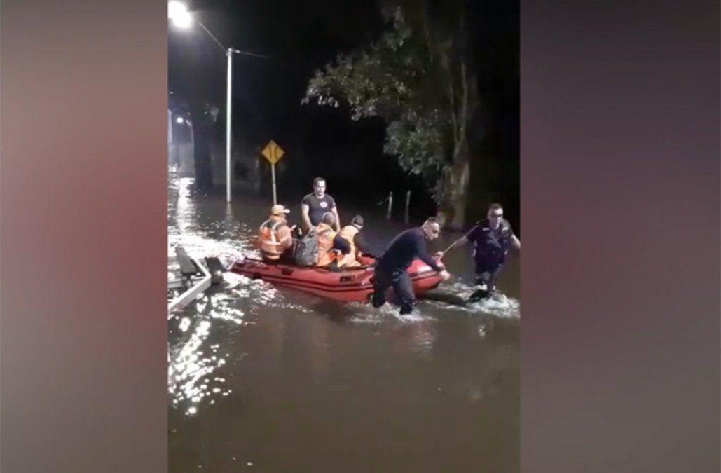 Fueron rescatados tres extranjeros que intentaron cruzar puente sobre Río Yi en zona inundada