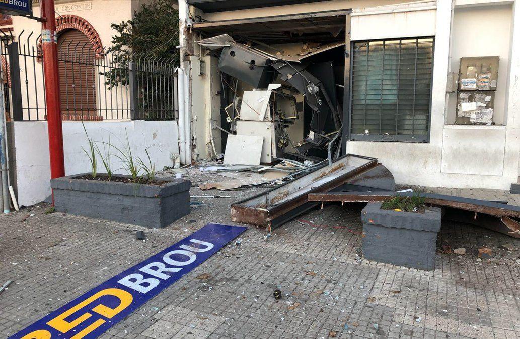Explotaron otro cajero automático y dejaron más de un millón de pesos en la calle