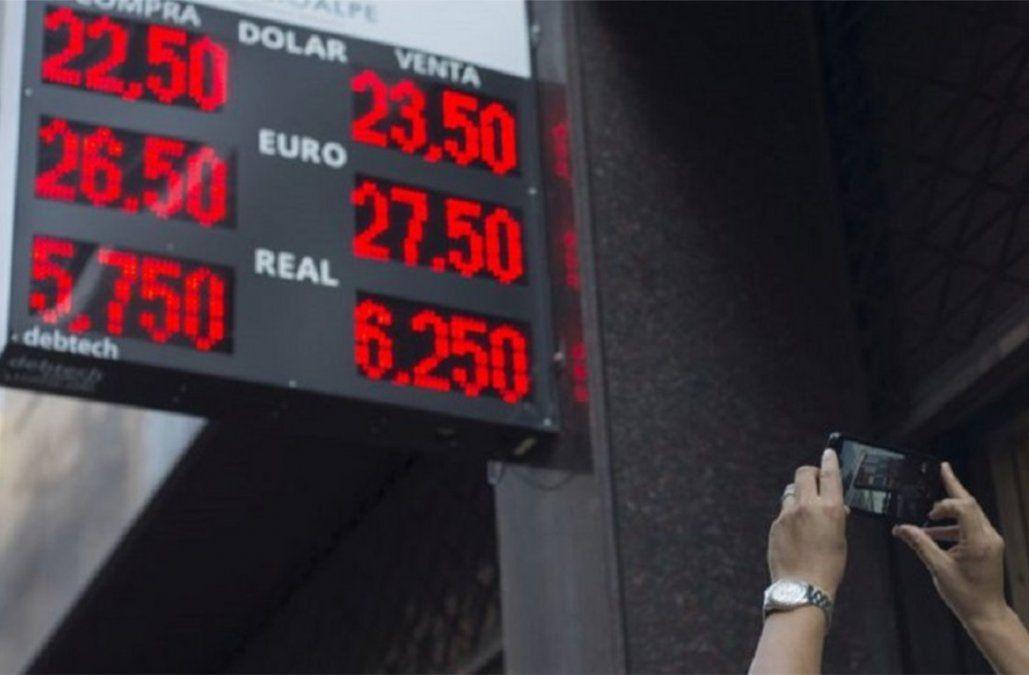 El dólar se dispara en Argentina y el gobierno pide tranquilidad