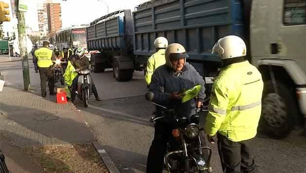 Intendencia entregó gratis chalecos reflectivos a motociclistas