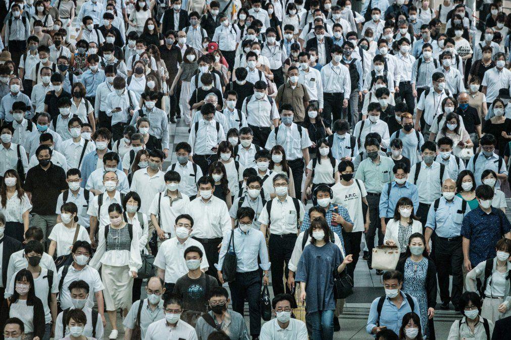Personas usanmáscaras en una estación de tren en Tokio el 28 de julio