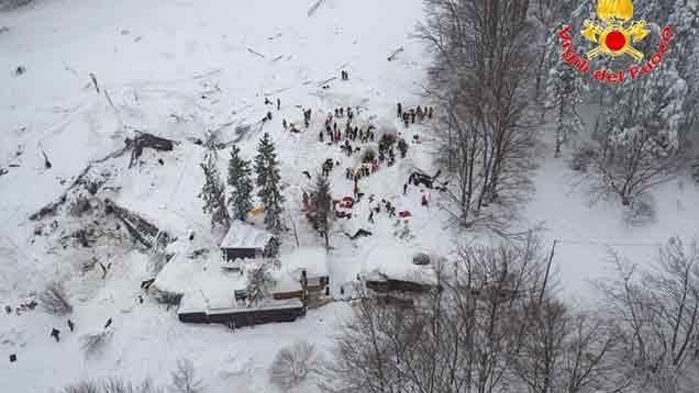 Cuatro niños y una mujer rescatados del hotel sepultado por la nieve