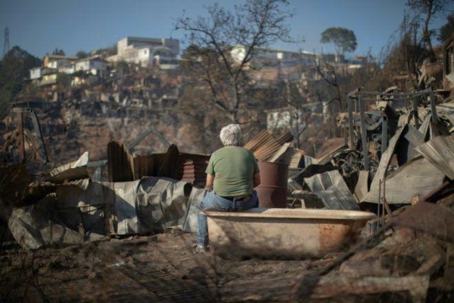 Observando el paisaje después del incendio. Valparaíso es una ciudad asentada sobre una zonarocosa