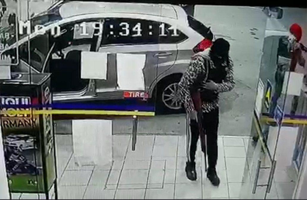 Video muestra cómo rapiñaron un local de pagos dentro de una estación