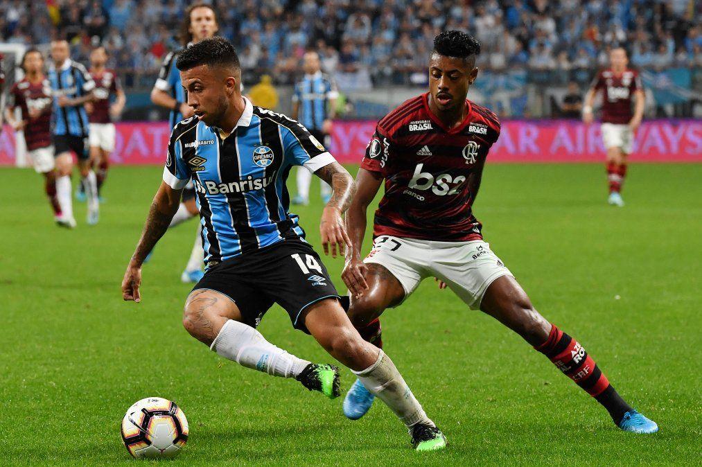 Matheus Henrique (Gremio) con la pelota y en la marca Bruno Henrique (Fkamengo) durante el partido de ida en Porto Alegre que terminó 1 a 1.