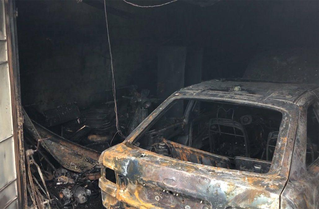 Un auto estacionado en un garaje se prendió fuego y afectó parte de la casa lindera
